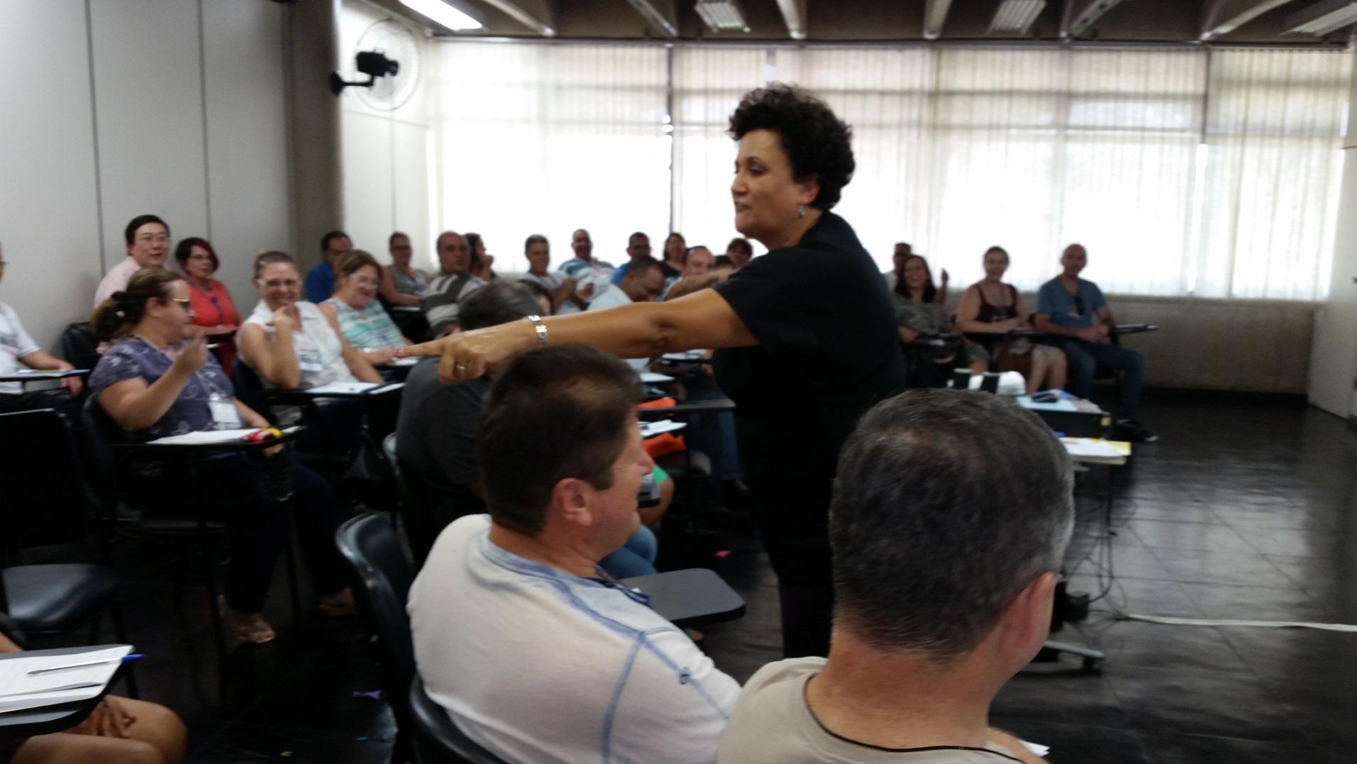 Odete Reis ministrando Curso de Finanças e Investimentos in Company - METRÔ - SP