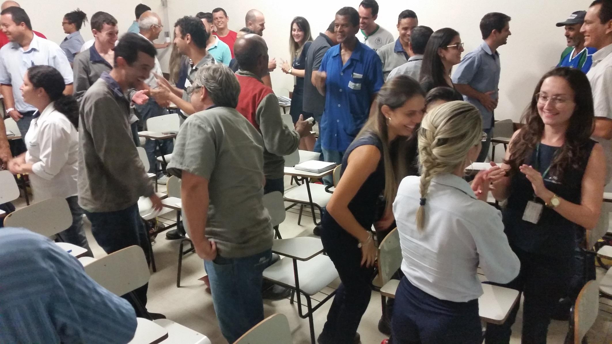 Odete Reis realizando dinâmica na Palestra de Educação Financeira in Company - AmstedMaxion